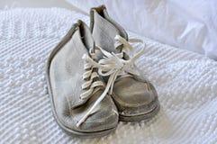 Zapatos de bebé blancos de la vendimia vieja Imagen de archivo