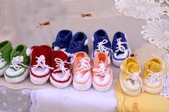 Zapatos de bebé del ganchito Imagenes de archivo