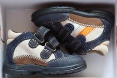 Zapatos de bebé en caja abierta Foto de archivo
