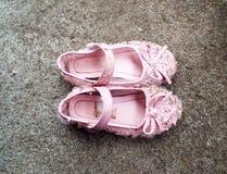 Zapatos de bebé en piso Imágenes de archivo libres de regalías