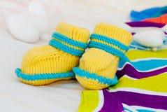 Zapatos de bebé hechos punto Fotos de archivo libres de regalías