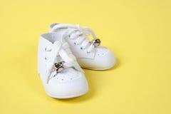 Zapatos de bebé junto en amarillo foto de archivo libre de regalías