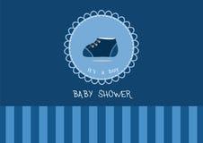 Zapatos de bebé lindos en la tarjeta de felicitación, diseño de tarjetas de la fiesta de bienvenida al bebé Fotografía de archivo