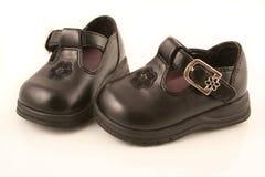 Zapatos de bebé negros Imagenes de archivo