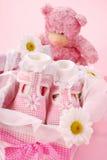 Zapatos de bebé para la muchacha en rectángulo de regalo Fotografía de archivo libre de regalías
