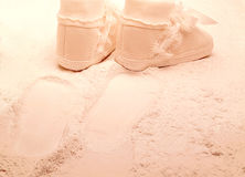 Zapatos de bebé que recorren en polvo de bebé Foto de archivo libre de regalías