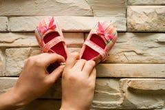 Zapatos de bebé rosados fotografía de archivo libre de regalías