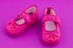 Zapatos de bebé rosados Imagenes de archivo