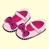 Zapatos de bebé rosados para la niña con la cinta del lila Ejemplo del vector en fondo amarillo Foto de archivo libre de regalías