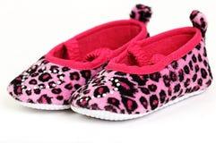 Zapatos de bebé rosados y rojos con un corazón cristalino encendido Imagenes de archivo