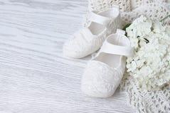 Zapatos de bebé blancos Foto de archivo