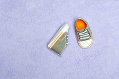 Zapatos de bebé en la manta Foto de archivo libre de regalías
