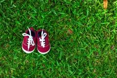Zapatos de beb? rojos imágenes de archivo libres de regalías