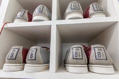 Zapatos de bolos en el estante Imagen de archivo