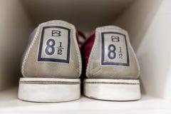 Zapatos de bolos en el estante Foto de archivo