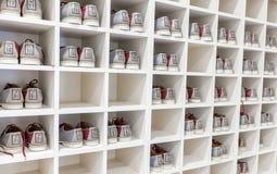 Zapatos de bolos en el estante Imagenes de archivo