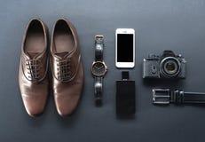 Zapatos de Brown, cámara de la película, teléfono, reloj, parfume Imagen de archivo