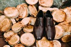 Zapatos de Brown del novio en un fondo de madera Accesorios del ` s de los hombres Imagen de archivo