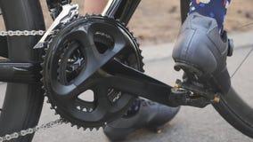 Zapatos de ciclo juguetones del camino de los clips de la mujer hacia fuera de pedales Concepto de ciclo almacen de metraje de vídeo