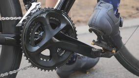 Zapatos de ciclo juguetones del camino de los clips de la mujer hacia fuera de pedales Concepto de ciclo C?mara lenta almacen de metraje de vídeo