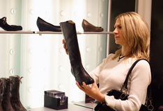 Zapatos de compra Foto de archivo libre de regalías