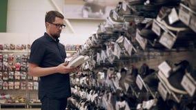 Zapatos de compra del individuo solo metrajes