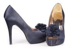 Zapatos de cuero azules elegantes de las señoras con la flor Foto de archivo libre de regalías