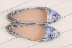 Zapatos de cuero azules, planos del ballet Fotos de archivo libres de regalías