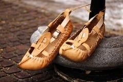 Zapatos de cuero búlgaros tradicionales Fotos de archivo libres de regalías