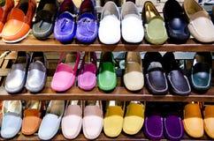 zapatos de cuero coloridos en la tienda Fotografía de archivo