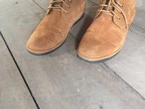 Zapatos de cuero de Brown en el piso Foto de archivo libre de regalías