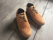 Zapatos de cuero de Brown en el piso Fotos de archivo libres de regalías