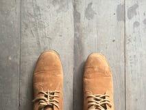 Zapatos de cuero de Brown en el piso Foto de archivo