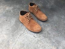 Zapatos de cuero de Brown en el piso Imágenes de archivo libres de regalías