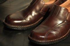 Zapatos de cuero de Brown en fondo negro Foto de archivo