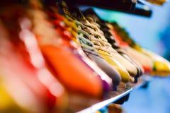 Zapatos de cuero de la variedad en la tienda Imagen de archivo libre de regalías