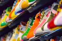 Zapatos de cuero de la variedad en la tienda Fotografía de archivo