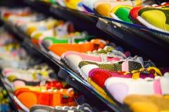 Zapatos de cuero de la variedad en la tienda Foto de archivo libre de regalías
