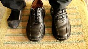 Zapatos de cuero del desgaste de hombres almacen de metraje de vídeo