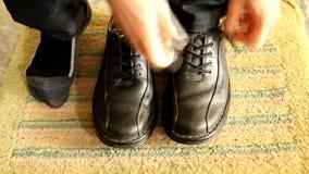 Zapatos de cuero del desgaste de hombres almacen de video