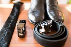 Zapatos de cuero elegantes del ` s de los hombres en el foco, reloj, lazo, correa para el novio Accesorios de la boda en fondo de Imagen de archivo