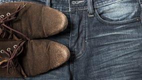 Zapatos de cuero en bragas de la mezclilla Foto de archivo libre de regalías