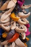 Zapatos de cuero hechos a mano multicolores de los recuerdos Foto de archivo libre de regalías