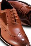 Zapatos de cuero de la abarca marrón de los hombres en un fondo blanco imagen de archivo libre de regalías