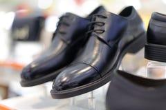 Zapatos de cuero de la tres-junta del ` s de los hombres negros, adobe rgb imagen de archivo