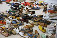 Zapatos de cuero de la variedad colorida listos para el arreglo del estante fotografía de archivo libre de regalías