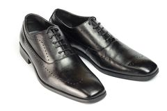 Zapatos de cuero negros clásicos del ` s de los hombres aislados en el fondo blanco Fotografía de archivo
