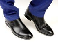 Zapatos de cuero negros en las piernas masculinas fotografía de archivo libre de regalías