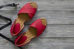 Zapatos de cuero para mujer y sandalias planas rojas de los accesorios, h amarillo Fotografía de archivo