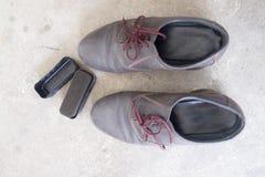 Zapatos de cuero y accesorios para el cuidado de los zapatos Fotos de archivo libres de regalías